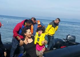 Menschen in einem Schlauchboot retten Kind