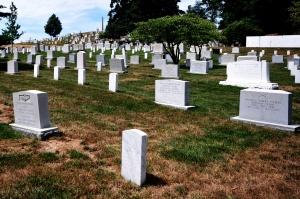 Kleine und große Grabsteine