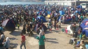 Platz am Hafen mit einer Gruppe von Flüchtlingen