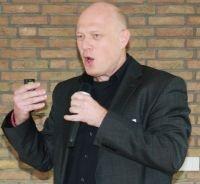 Hans Bauer am Mikrofon