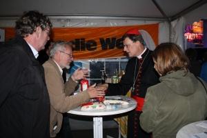 Kardinal Woelki am Stand von Brot für die Welt auf dem Roncalliplatz in Köln