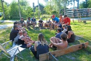 Gruppe sitzt zusammen