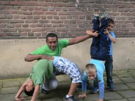 Kuruparan Nethirarajah mit 3 Kindern bei einer akrobatischen Übung