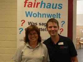Regine Heine und Marcel Böhm Porträt vor dem Plakat des Fairhauses