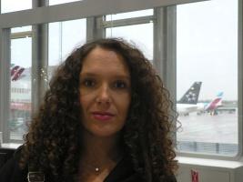 Dalia Höhne am Abflugschalter