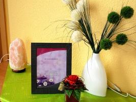 Dekoration auf Beistelltisch: Blume, kleine Gedenktafel