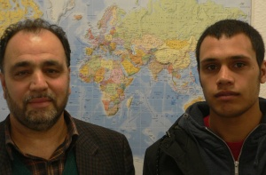 Portrait zwei Afghanen vor Weltkarte