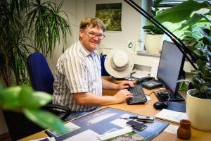 Matthias Nickel am Schreibtisch im Büro