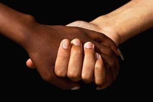Händedruck einer schwarzen und weißen Hand