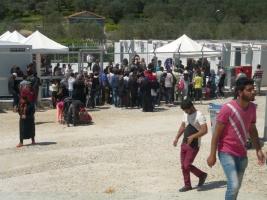 Menschenansammlung vor dem Zaun des Camps Moria
