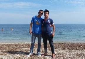 Zwei junge Männer am Strand