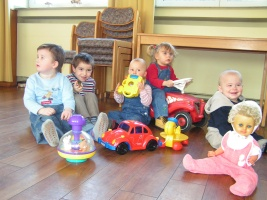 Kleinkinder spielen in einer Kita