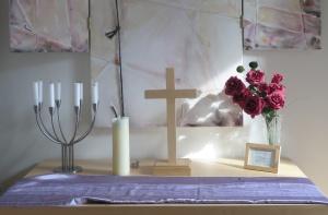 Hausaltar mit Kreuz, Kerze und Kerzenleuchter