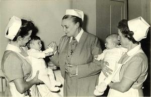 Historisches Foto mit drei Schwestern in Tracht, die zwei Babies halten