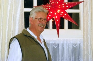 Portraitfoto vor Weihnachtsstern