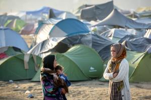 Zwei Frauen vor einem Zeltlager