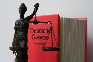 Deutsches Gesetzbuch mit Justitiafigur