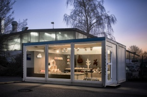 Beleuchteter Glascontainer mit Produkten