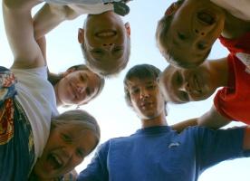 Jugendliche bilden einen Kreis