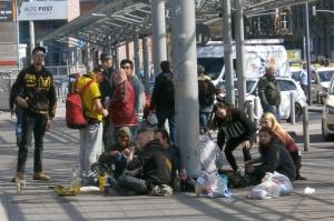Jugendliche Obdachlose vorm Bahnhof