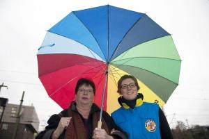 Zwei Frauen unter einem bunten Regenschirm