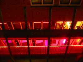 Außenwand eines sogenannten Laufhauses mit rot beleuchteten Fenstern