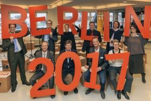 """Gruppe von Leuten hält rote Buchstaben """"Berlin 2017"""" hoch"""