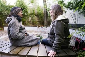 Zwei Frauen sitzen im Garten