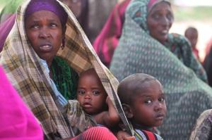 Schwarze Frau mit zwei kleinen Kindern