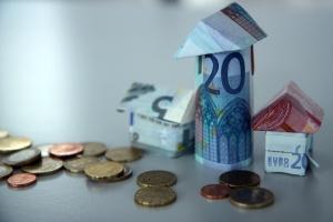 zu Häusern gefaltete Geldscheine