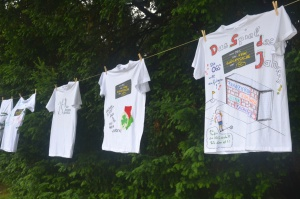T-Shirts hängen an der Leine