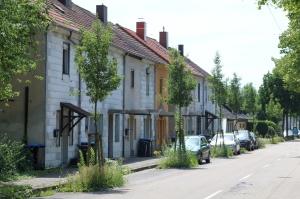 Häuserzeile auf dem Land