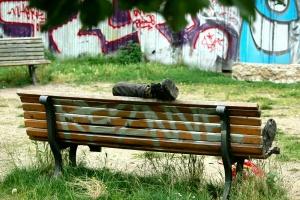 Parkbank mit Obdachlosem