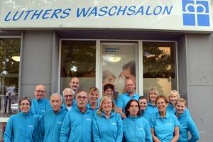 Ehrenamtlichen-Team vor Luthers Waschsalon