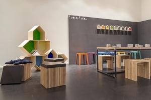 Ausstellung mit Holzhockern und Regalen