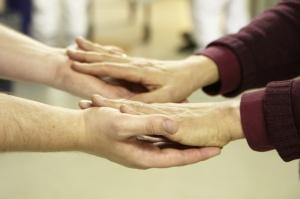 Hände berühren sich