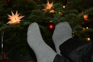 Füße vorm Weihnachtsbaum