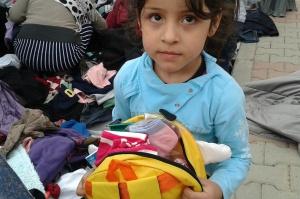 Kind mit geöffnetem Rucksack