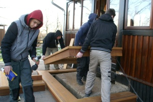 Jugendliche stapeln Holzrahmen