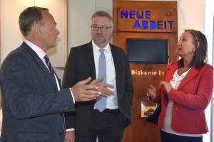 """Gruppenfoto vor Schild """"Neue Arbeit Essen"""""""