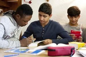 Jugendliche Ausländer lernen an einem Tisch