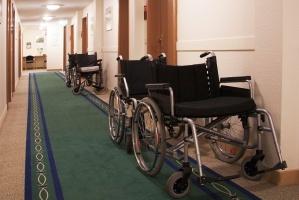 Rollstühle im Flur eines Altenheims