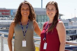 Dalia Höhne und Elena Vorlaender am Flughafen