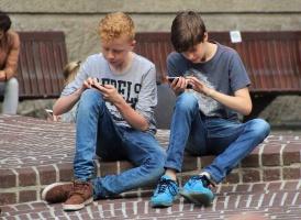 Zwei Jugendliche mit Handies