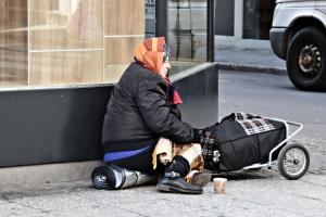 Obdachlose Frau auf der Straße