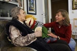 Alte Frau im Gespräch mit älterer Frau