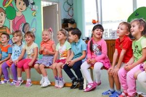 Kinder sitzen in einer Kita