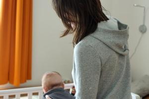 Mutter mit Baby von hinten fotografiert
