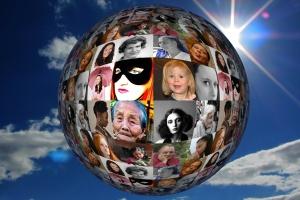 Weltkugel mit Frauenbildern
