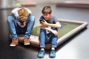 Zwei Jungs spielen mit ihrem Handy